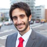 Gelukkige Latijnse zakenman met baard in de stad Royalty-vrije Stock Foto