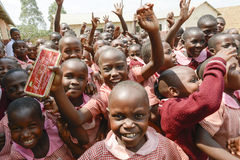 Gelukkige leerlingen die schoolmateriaal krijgen Stock Afbeeldingen