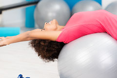 Gelukkige lenige vrouw die Pilates in een gymnastiek uitoefenen Stock Afbeelding