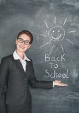 Gelukkige leraar en het glimlachen zon op het bord royalty-vrije stock fotografie