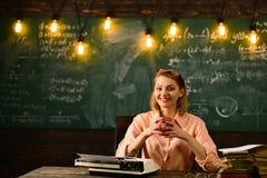 Gelukkige lerarendag De vakantie van de lerarendag op school Lerarendag met de vrouw van de schoolleraar in klaslokaal stock afbeelding