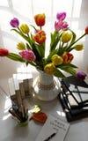 Gelukkige lerarendag, met de hand gemaakte tulpenbloem Stock Foto's