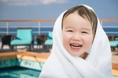 Gelukkige Leuke Gemengde Ras Chinese en Kaukasische Jongen op Cruiseschip Stock Foto