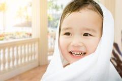 Gelukkige Leuke Gemengde Ras Chinese en Kaukasische Jongen op een Terras Royalty-vrije Stock Foto's