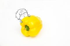 Gelukkige leuke jongen die een gele grote die peper omhelzen op wit wordt geïsoleerd Stock Fotografie
