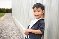 Gelukkige leuke jongens leunende muur van de bouw en perspectief manierachtergrond Stock Foto's