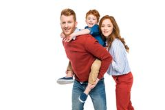 gelukkige leuke ouders met weinig zoon die bij camera glimlachen royalty-vrije stock fotografie
