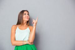 Gelukkige leuke vrouw die vinger benadrukken royalty-vrije stock fotografie