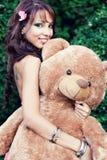Gelukkige leuke vrouw en haar teddybeer Stock Afbeeldingen