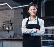 Gelukkige leuke vrouwelijke kelner in schort royalty-vrije stock foto
