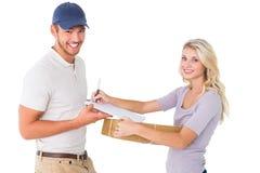 Gelukkige leveringsmens die pakket geven aan klant Stock Afbeeldingen