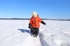 Gelukkige 18 maanden baby die in de winter lopen Stock Fotografie