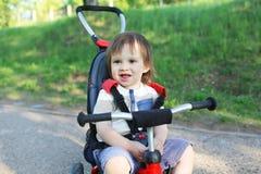Gelukkige 20 maanden baby op fiets Stock Fotografie