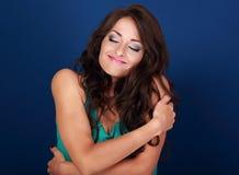 Gelukkige make-upvrouw die koesteren met natuurlijke emotionele enjoyi royalty-vrije stock foto