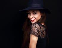 Gelukkige make-upvrouw in manier het blauwe hoed glimlachen toothy op donkere bl stock foto