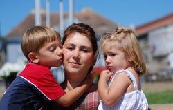 Gelukkige mamma en jonge geitjes Stock Fotografie