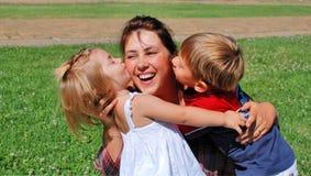 Gelukkige mamma en jonge geitjes Stock Foto's