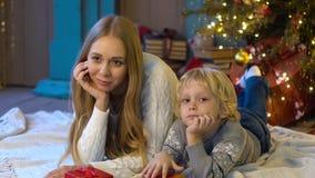 Gelukkige mamma en zoon onder de Kerstboom stock video