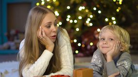 Gelukkige mamma en zoon onder de Kerstboom stock videobeelden
