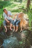 Gelukkige man en vrouw die elkaar met water bespatten Royalty-vrije Stock Foto