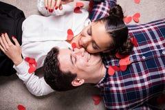 Gelukkige man en vrouw die op de vloer liggen Stock Foto's