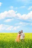 Gelukkige man en vrouw in gele weide royalty-vrije stock afbeeldingen