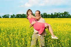 Gelukkige man en vrouw in gele weide royalty-vrije stock foto