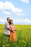 Gelukkige man en vrouw in gele weide royalty-vrije stock fotografie