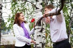 Gelukkige man en vrouw op een romantische datum Stock Afbeeldingen