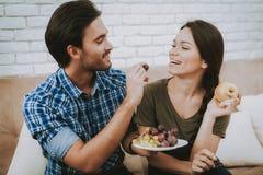 Gelukkige Man Voedende Vruchten Vrouw met in Hand Apple stock afbeeldingen