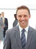 Gelukkige manager die zich voor zijn team bevindt royalty-vrije stock fotografie
