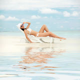 Gelukkige maniervrouw op het strand Stock Fotografie