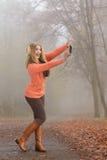Gelukkige maniervrouw in park die selfie foto nemen Stock Afbeeldingen