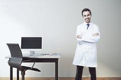 Gelukkige mannelijke arts in bureau Royalty-vrije Stock Foto's