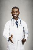Gelukkige mannelijke arts die handdruk geven aan zijn patiënt royalty-vrije stock afbeeldingen
