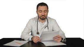 Gelukkige mannelijke arts met duimen omhoog op wit stock videobeelden