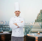 Gelukkige mannelijke chef-kokkok met gekruiste handen Royalty-vrije Stock Afbeelding