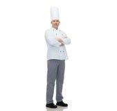 Gelukkige mannelijke chef-kokkok met gekruiste handen Stock Foto's