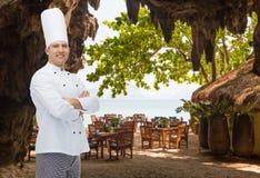 Gelukkige mannelijke chef-kokkok met gekruiste handen Stock Afbeeldingen