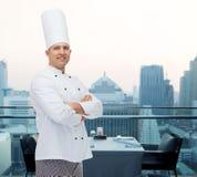 Gelukkige mannelijke chef-kokkok met gekruiste handen Stock Fotografie