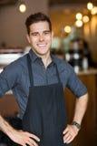 Gelukkige Mannelijke Eigenaar die zich in Koffie bevinden Stock Foto's