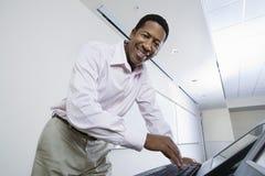 Gelukkige Mannelijke Spreker Using Computer Stock Foto