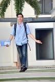 Gelukkige Mannelijke Student With Notebooks Walking stock foto