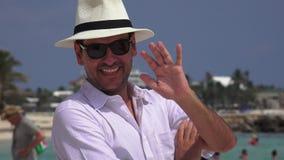 Gelukkige mannelijke toerist stock videobeelden