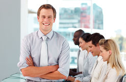 Gelukkige mannelijke werkgever die zijn team leidt Stock Fotografie