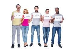 Gelukkige mannen en vrouwen die vragen te stemmen royalty-vrije stock afbeelding