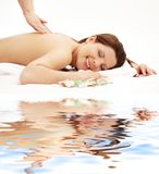 Gelukkige massage op wit zand Stock Fotografie