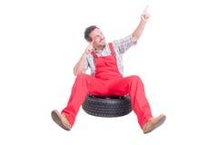 Gelukkige mechanische zitting op autowiel en het dansen Stock Foto's