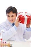 Gelukkige medische arts die huidige doos schudt Royalty-vrije Stock Foto's