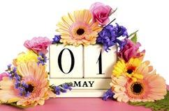 Gelukkige Meidagkalender met bloemen Stock Foto's